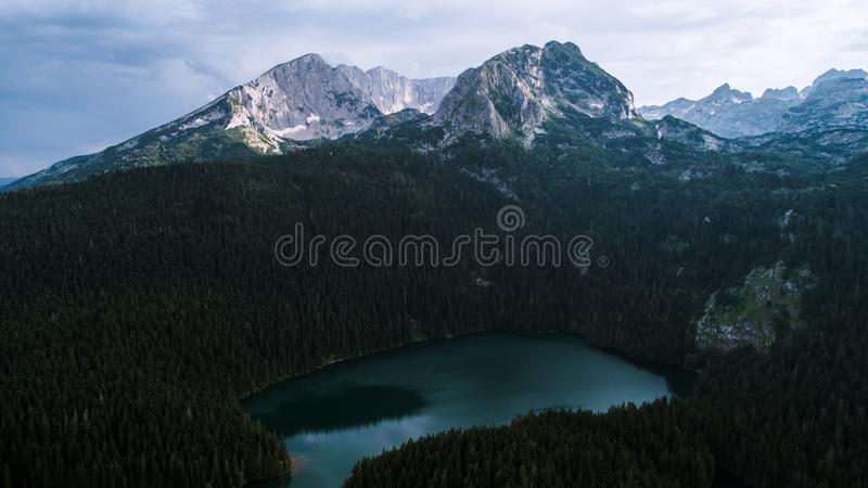 Εναέρια άποψη σε μια όμορφη λίμνη στα βουνά μαύρη λίμνη Μαυροβούνιο στοκ φωτογραφία με δικαίωμα ελεύθερης χρήσης