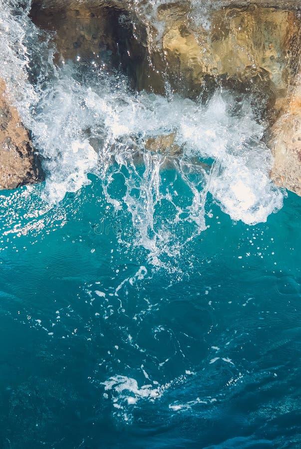 Εναέρια άποψη στα ωκεάνια κύματα Μπλε υπόβαθρο νερού στοκ φωτογραφία με δικαίωμα ελεύθερης χρήσης