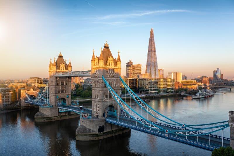 Εναέρια άποψη στην εικονικούς γέφυρα πύργων και τον ορίζοντα του Λονδίνου, UK στοκ εικόνα