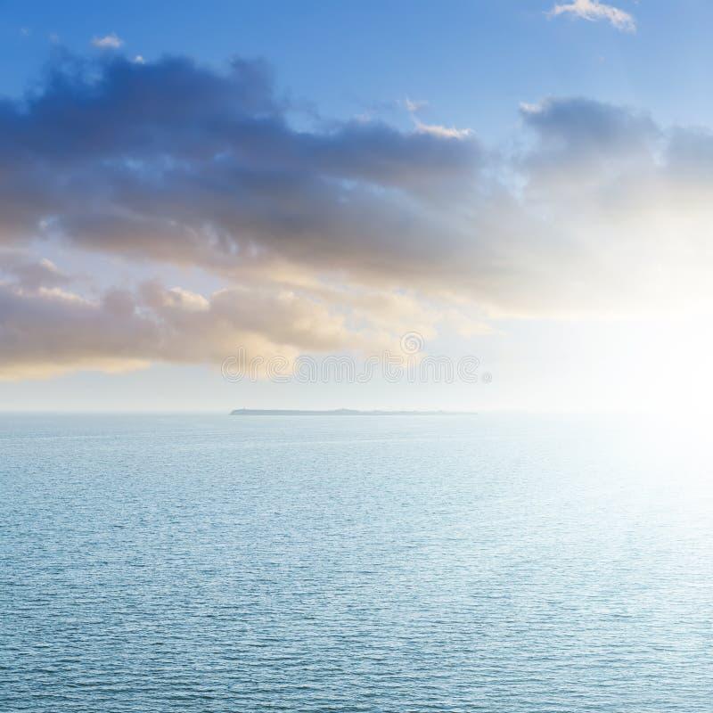 Εναέρια άποψη στην μπλε θάλασσα και ηλιοβασίλεμα στα σύννεφα στοκ εικόνες