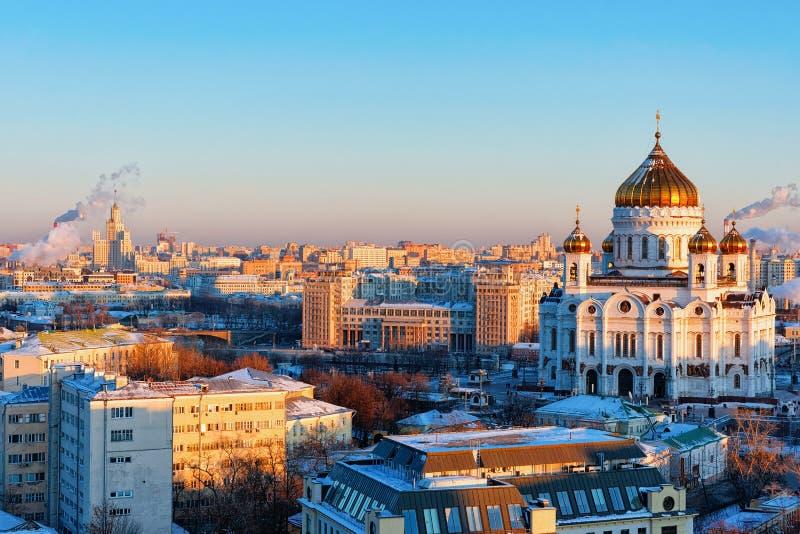 Εναέρια άποψη στην πόλη της Μόσχας με την εκκλησία Χριστός το Savior στη Ρωσία το βράδυ το χειμώνα στοκ εικόνα