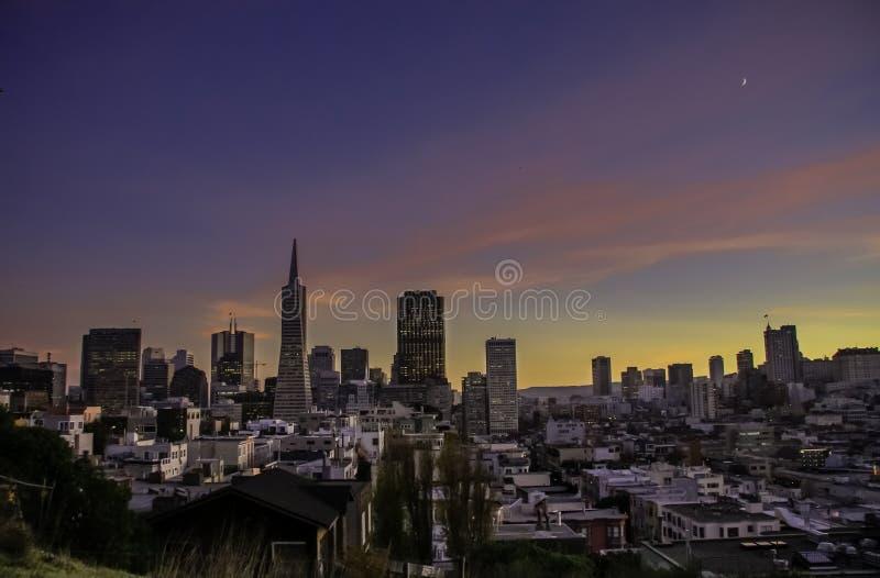 Εναέρια άποψη στη στο κέντρο της πόλης οικονομική περιοχή τη νύχτα στοκ φωτογραφία με δικαίωμα ελεύθερης χρήσης