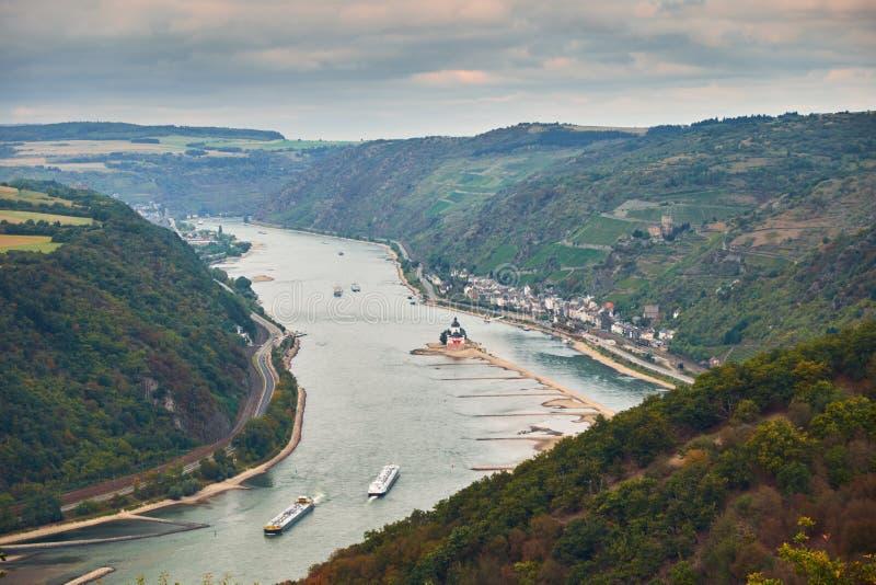 Εναέρια άποψη στους λόφους του εδάφους της Ρηνανίας-Παλατινάτου και του εδάφους Hesse με τον ποταμό Ρήνος και την πόλη Kaub από τ στοκ φωτογραφία με δικαίωμα ελεύθερης χρήσης