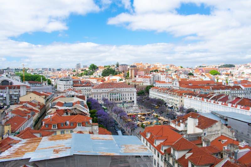 Εναέρια άποψη σχετικά με τα κτήρια και τις πορτοκαλιές στέγες στη Λισσαβώνα, Πορτογαλία Άποψη άνωθεν σχετικά με την πόλη και την  στοκ φωτογραφίες