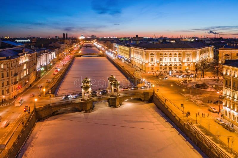 Εναέρια άποψη σχετικά με τη γέφυρα Lomonosov πέρα από τον ποταμό Fontanka στη Αγία Πετρούπολη Χειμερινή νύχτα στοκ φωτογραφίες με δικαίωμα ελεύθερης χρήσης