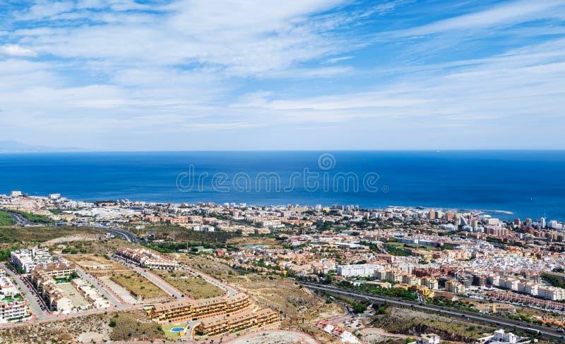Εναέρια άποψη σχετικά με τη Μεσόγειο, την πόλη Benalmadena και την εθνική οδό κατά μήκος της ακτής Προβηγκία Μάλαγα, Κόστα ντελ Σ στοκ εικόνες