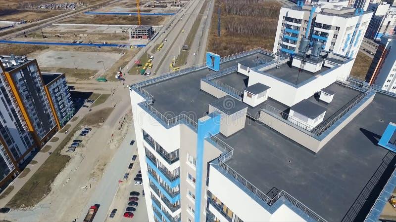 Εναέρια άποψη σχετικά με τη στέγη και την οδό footage Τοπ άποψη της στέγης μιας σύγχρονης πολυκατοικίας στοκ φωτογραφία