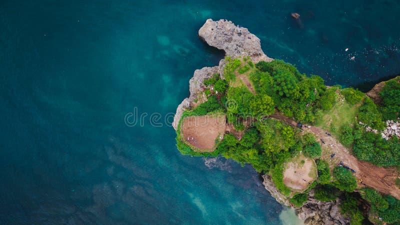 Εναέρια άποψη σχετικά με τον απότομο βράχο και την ακτή βράχου στοκ φωτογραφία