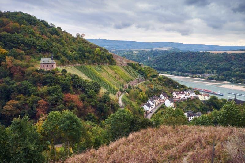 Εναέρια άποψη σχετικά με τον ποταμό Raine από ένα σημείο παρατήρησης σε μια διαδρομή τουριστών στους λόφους του κράτους του Hesse στοκ εικόνες με δικαίωμα ελεύθερης χρήσης