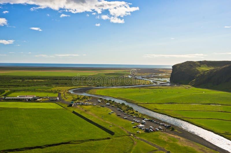 Εναέρια άποψη σχετικά με τον ποταμό Skoga από την κορυφή του καταρράκτη Skogafoss στοκ εικόνες