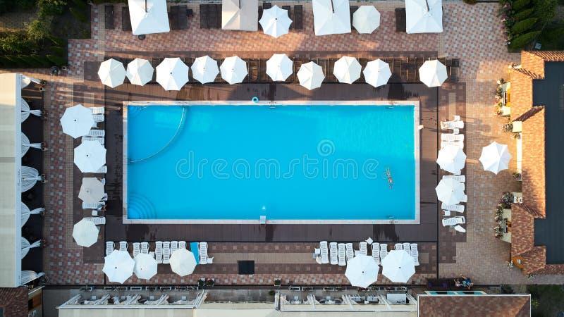 Εναέρια άποψη σχετικά με τους ανθρώπους στην πισίνα Τοπ άποψη των ανθρώπων που κάνουν ηλιοθεραπεία τη λίμνη στοκ φωτογραφία