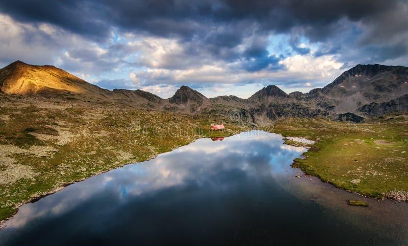Εναέρια άποψη της αιχμής Kamenitsa και της λίμνης Tevno, βουνό Pirin μέσα στοκ εικόνες