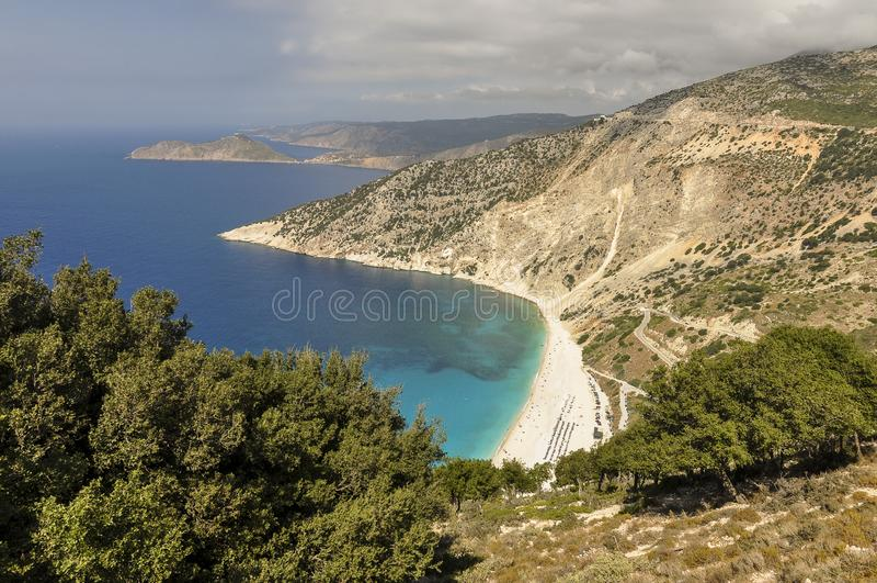 Εναέρια άποψη της ακτής βουνών, της παραλίας άμμου και της μπλε θάλασσας στοκ εικόνα