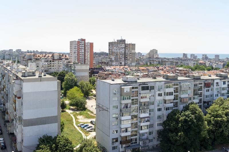 Εναέρια άποψη της αστικής περιοχής Κατοικημένα κτήρια, οδός, αυτοκίνητα στην Ανατολική Ευρώπη στοκ εικόνες