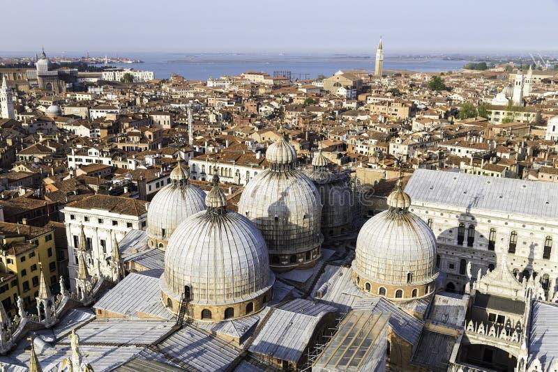 Εναέρια άποψη της Βενετίας του κοιτάγματος πέρα από Basilica Di SAN Marco τη στέγη στοκ φωτογραφίες