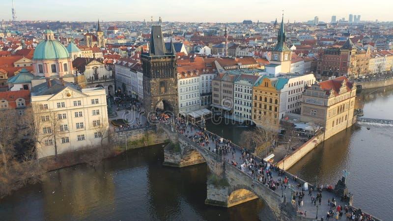 Εναέρια άποψη της γέφυρας Charles υπό το φως του ήλιου στην Πράγα, Τσεχική Δημοκρατία στοκ φωτογραφία με δικαίωμα ελεύθερης χρήσης
