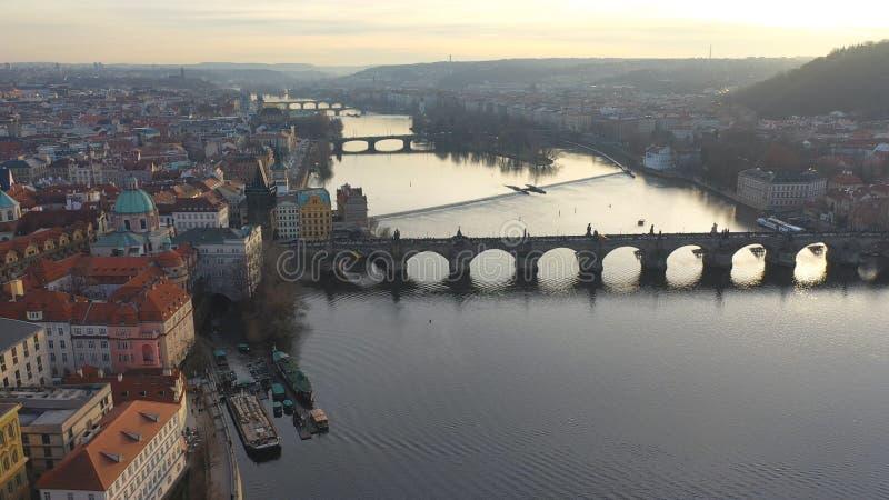 Εναέρια άποψη της γέφυρας Charles υπό το φως του ήλιου στην Πράγα, Τσεχική Δημοκρατία στοκ φωτογραφία