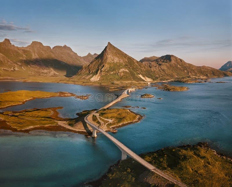 Εναέρια άποψη της γέφυρας Fredvang στα νησιά Lofoten στοκ εικόνες