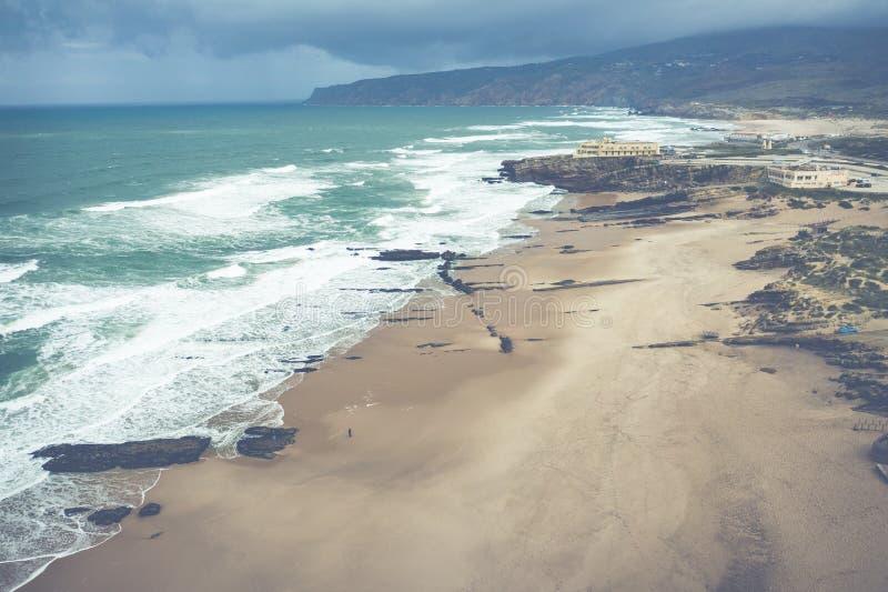Εναέρια άποψη της διάσημης παραλίας Guincho στο Κασκάις κοντά στη Λισσαβώ στοκ φωτογραφίες
