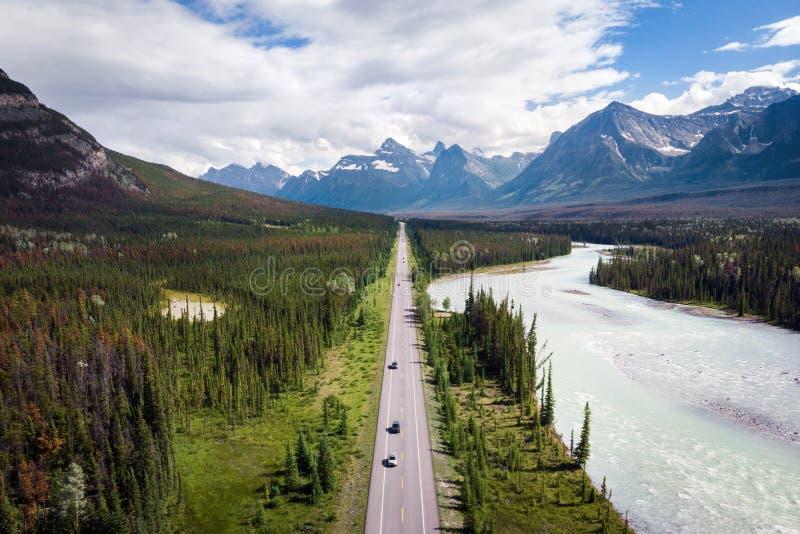 Εναέρια άποψη της διαδρομής χώρων στάθμευσης Icefields μεταξύ Banff και της ιάσπιδας σε Αλμπέρτα, Καναδάς στοκ εικόνες