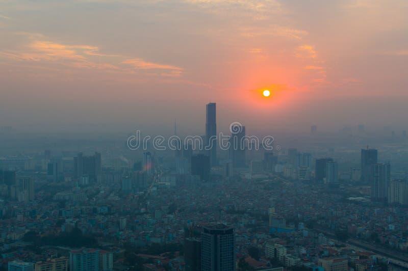 Εναέρια άποψη της εικονικής παράστασης πόλης οριζόντων του Ανόι στο χρόνο ηλιοβασιλέματος στοκ εικόνα με δικαίωμα ελεύθερης χρήσης