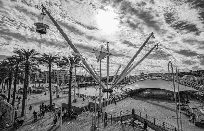 Εναέρια άποψη της εκτατής δομής με τον ανελκυστήρα ` Bigo ` στο αρχαίο λιμάνι της Γένοβας, Γένοβα, Ιταλία στοκ εικόνες