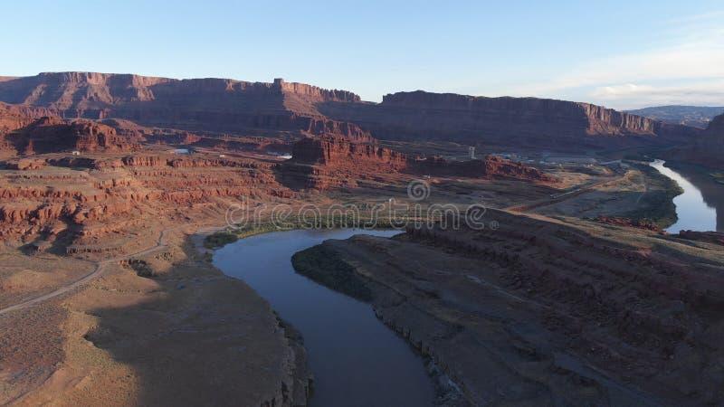 Εναέρια άποψη της ερήμου, ποταμός του Κολοράντο στη Γιούτα Φυσική φύση κοντά στο εθνικό πάρκο Canyonlands, Moab Ηλιόλουστο πρωί,  στοκ εικόνα με δικαίωμα ελεύθερης χρήσης