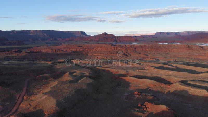 Εναέρια άποψη της ερήμου, ποταμός του Κολοράντο στη Γιούτα Φυσική φύση κοντά στο εθνικό πάρκο Canyonlands, Moab Ηλιόλουστο πρωί,  στοκ εικόνες
