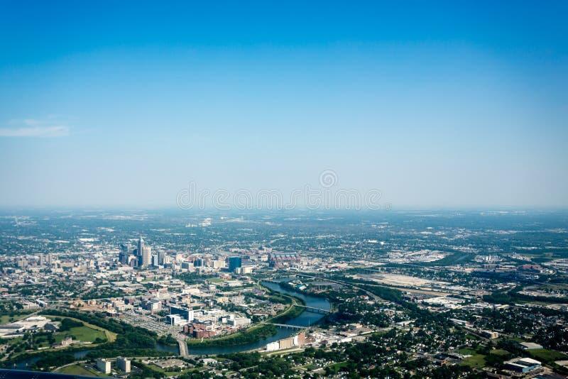 Εναέρια άποψη της Ινδιανάπολης, στον ποταμό και τον ορίζοντα στοκ εικόνες