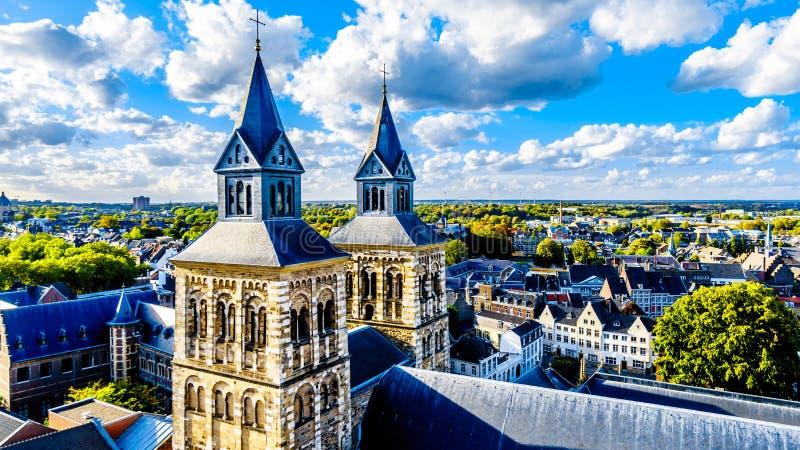 Εναέρια άποψη της ιστορικής πόλης του Μάαστριχτ στις Κάτω Χώρες από τον πύργο της εκκλησίας SStJohn στοκ εικόνες