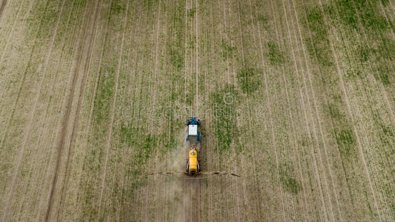 Εναέρια άποψη της καλλιέργειας του τρακτέρ που οργώνει και που ψεκάζει στον τομέα στοκ φωτογραφίες με δικαίωμα ελεύθερης χρήσης