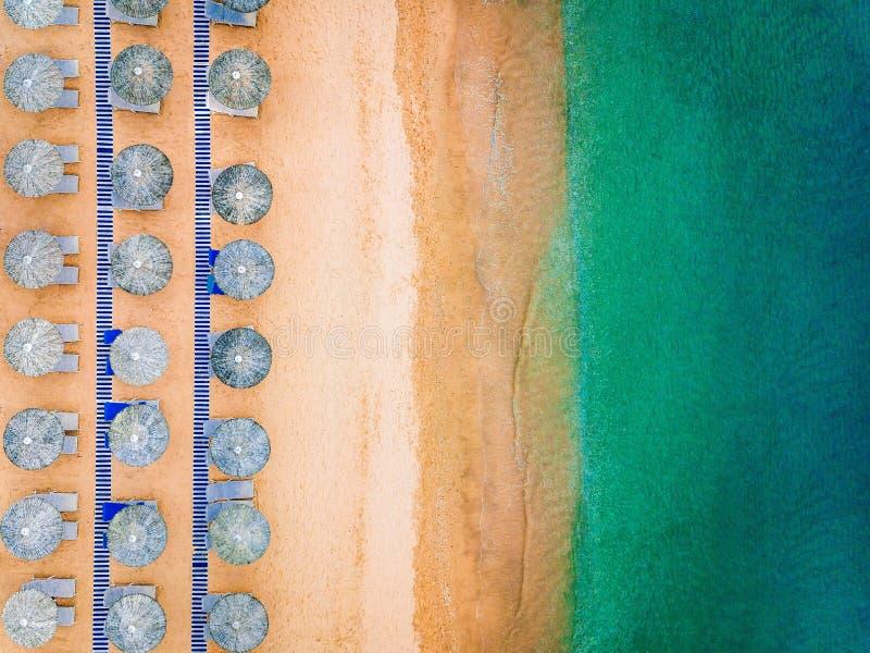 Εναέρια άποψη της καταπληκτικής παραλίας με τις μπλε ομπρέλες και την τυρκουάζ θάλασσα, Ελλάδα στοκ φωτογραφίες