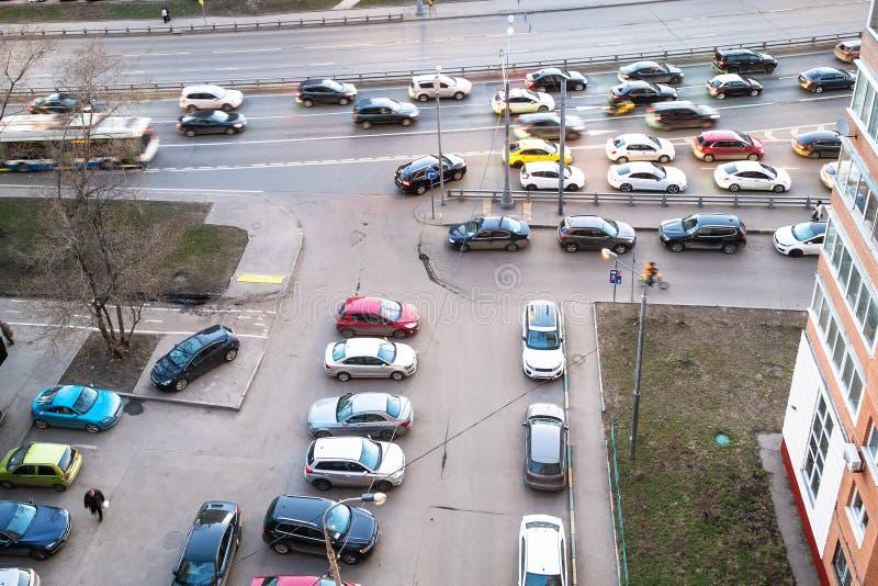 Εναέρια άποψη της κυκλοφορίας αυτοκινήτων στην κατοικημένη περιοχή στοκ φωτογραφία με δικαίωμα ελεύθερης χρήσης