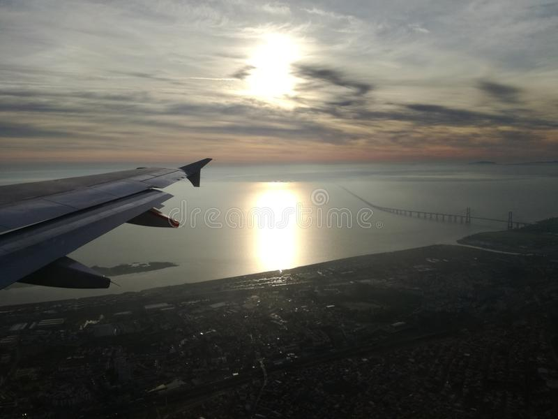 Εναέρια άποψη της Λισσαβώνας πέρα από τον ποταμό Tejo το πρωί στοκ εικόνες με δικαίωμα ελεύθερης χρήσης
