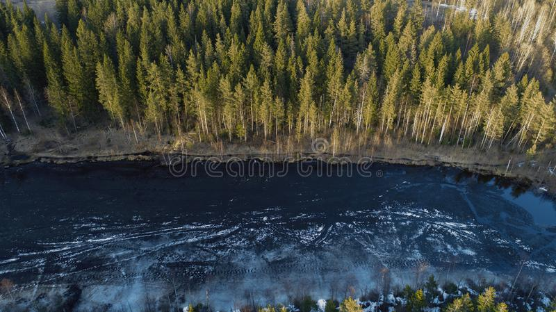 Εναέρια άποψη της μεγάλης λίμνης κατά τη διάρκεια της ημέρας άνοιξη με το χιόνι στοκ φωτογραφία με δικαίωμα ελεύθερης χρήσης