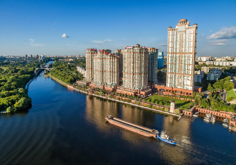 Εναέρια άποψη της Μόσχας με τους ουρανοξύστες πέρα από τον ποταμό Moskva στοκ φωτογραφία με δικαίωμα ελεύθερης χρήσης