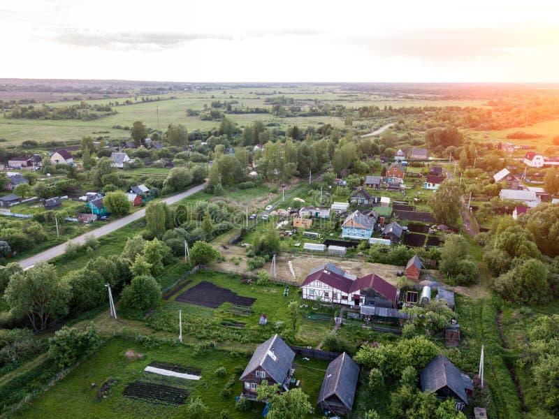 Εναέρια άποψη της Νίκαιας του χωριού της Ρωσίας στο ηλιοβασίλεμα Κίνηση προς το Countr στοκ εικόνες