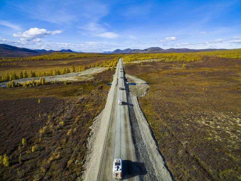 Εναέρια άποψη της οδήγησης αυτοκινήτων μέσω του δάσους στη εθνική οδό r στοκ εικόνα