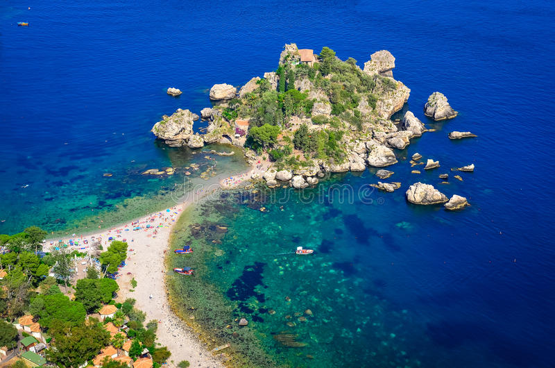 Εναέρια άποψη της παραλίας Isola Bella σε Taormina, Σικελία στοκ φωτογραφίες