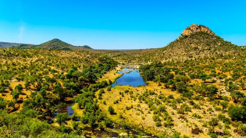 Εναέρια άποψη της περιοχής που περιβάλλει τον ποταμό Γερμανία-Selati όπου ενώνει τον ποταμό Olifants στο εθνικό πάρκο Kruger στοκ εικόνες