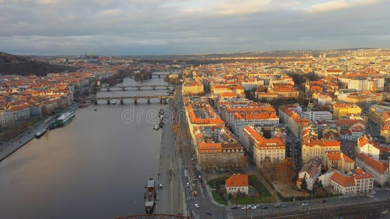 Εναέρια άποψη της περιοχής Podskali κάτω από το κάστρο Vysehrad υπό το φως του ήλιου, άποψη της Πράγας, Τσεχική Δημοκρατία στοκ φωτογραφίες