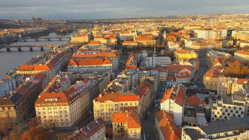 Εναέρια άποψη της περιοχής Podskali κάτω από το κάστρο Vysehrad υπό το φως του ήλιου, άποψη της Πράγας, Τσεχική Δημοκρατία στοκ εικόνες