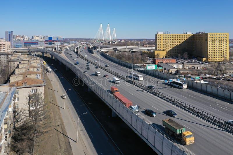Εναέρια άποψη της περιφερειακής οδού κοντά στην καλώδιο-μένοντη γέφυρα στοκ εικόνα