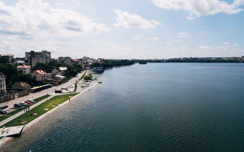 Εναέρια άποψη της πράσινης γραφικής πόλης στην ακτή της λίμνης Ternopil Ουκρανία στοκ εικόνα