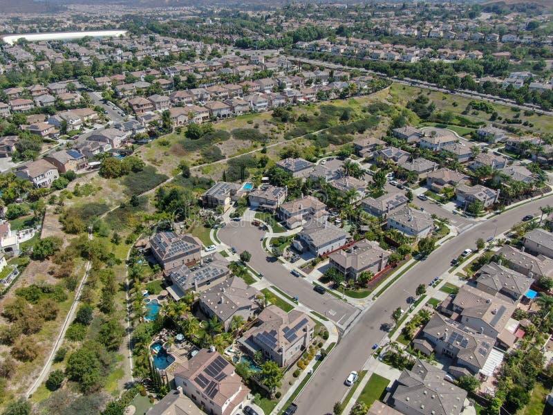 Εναέρια άποψη της προαστιακής γειτονιάς με τις μεγάλες βίλες στοκ φωτογραφία με δικαίωμα ελεύθερης χρήσης