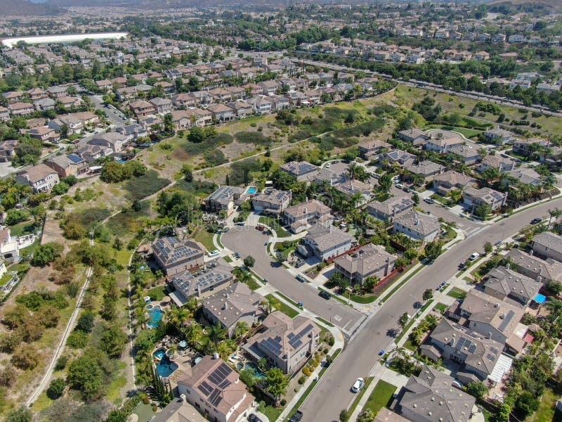 Εναέρια άποψη της προαστιακής γειτονιάς με τις μεγάλες βίλες στοκ εικόνα με δικαίωμα ελεύθερης χρήσης