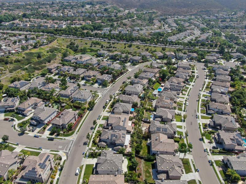 Εναέρια άποψη της προαστιακής γειτονιάς με τις μεγάλες βίλες στοκ εικόνες με δικαίωμα ελεύθερης χρήσης