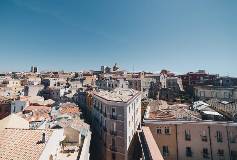 Εναέρια άποψη της πρωτεύουσας της Σαρδηνίας από τον πιό ψηλό πύργο στοκ εικόνα