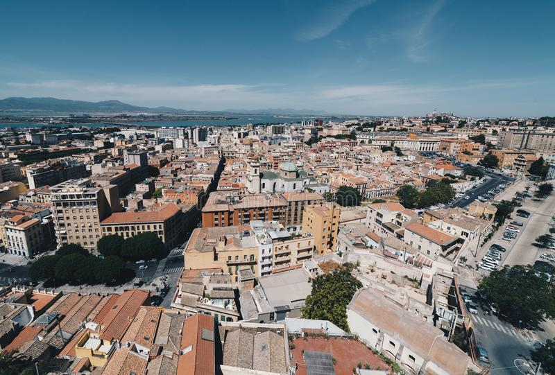 Εναέρια άποψη της πρωτεύουσας της Σαρδηνίας από τον πιό ψηλό πύργο στοκ εικόνα με δικαίωμα ελεύθερης χρήσης