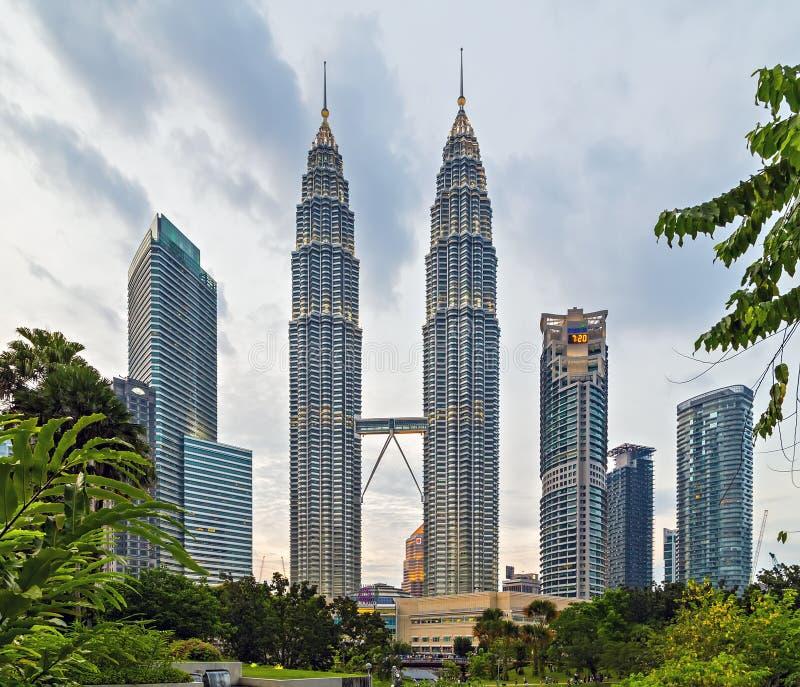 Εναέρια άποψη της πόλης της Κουάλα Λουμπούρ και του πύργου KL, παγκόσμιοι πιό ψηλοί δίδυμοι πύργοι στοκ φωτογραφίες με δικαίωμα ελεύθερης χρήσης